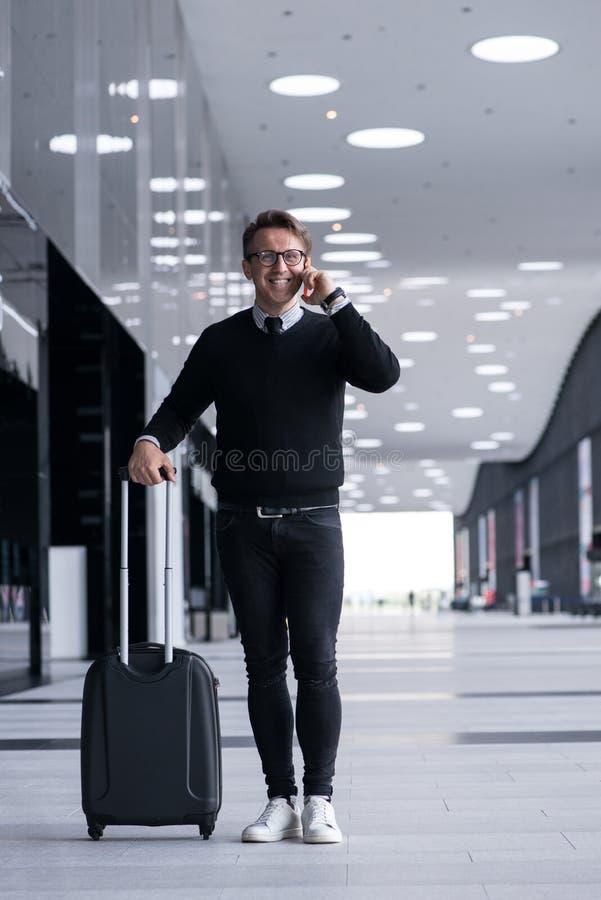 Homme marchant avec le sac à roues images libres de droits