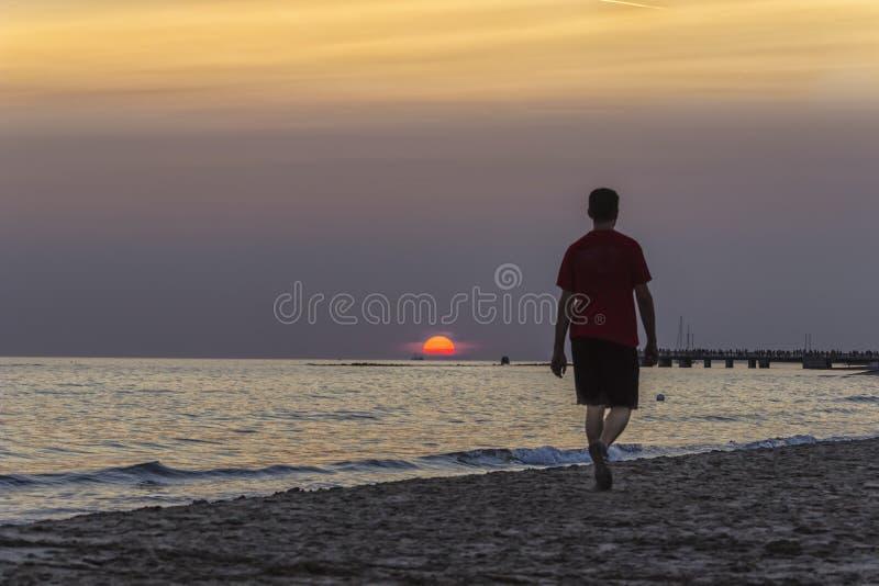 Homme marchant dans la plage photos stock