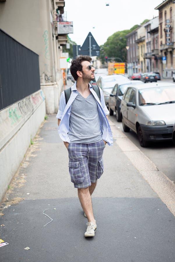 Homme marchant dans la rue images libres de droits
