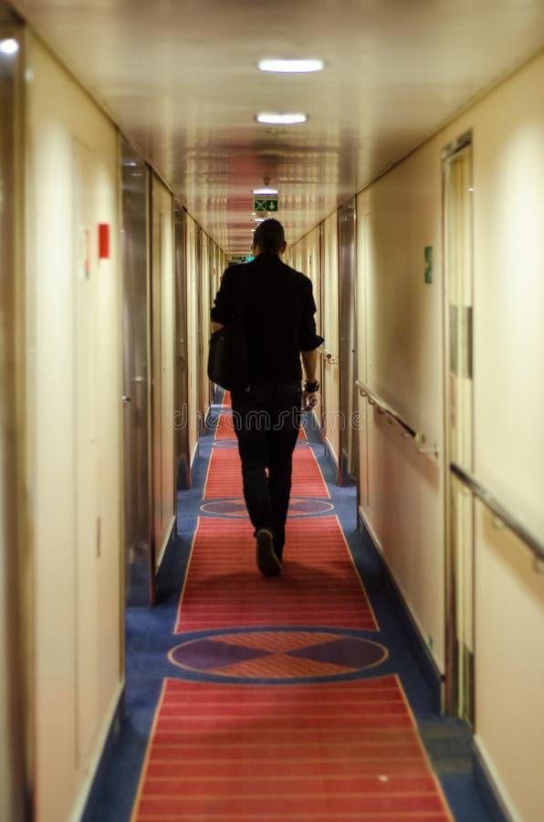Homme marchant dans le bateau de croisière photo stock