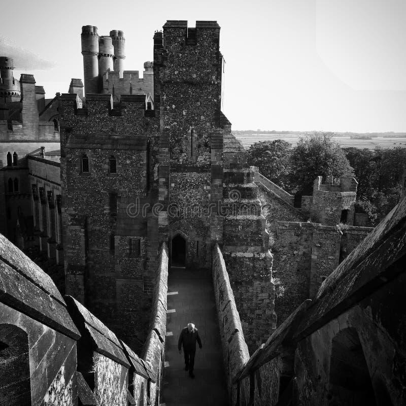 Homme marchant dans le château d'Arundel photos libres de droits