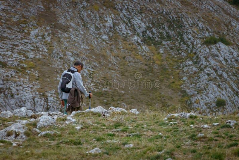 Homme marchant dans les montagnes de Palencia image libre de droits