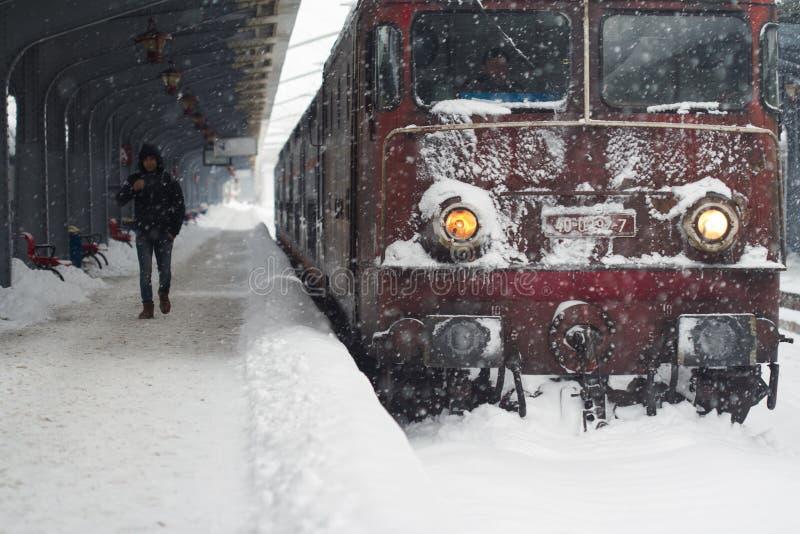 Homme marchant en une locomotive congelée de train images stock