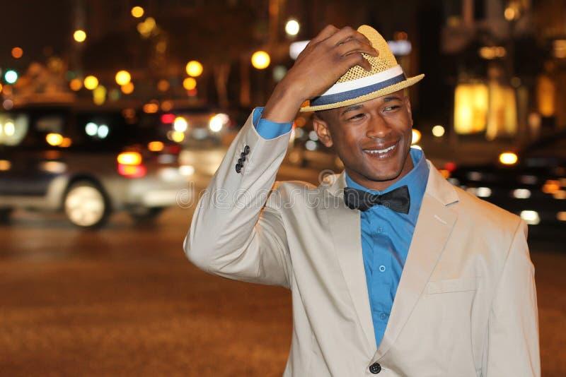 Homme marchant les rues de ville la nuit photographie stock