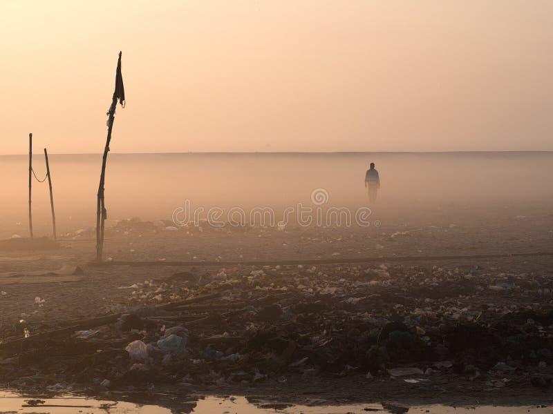 Homme marchant sur le paysage désolé images libres de droits