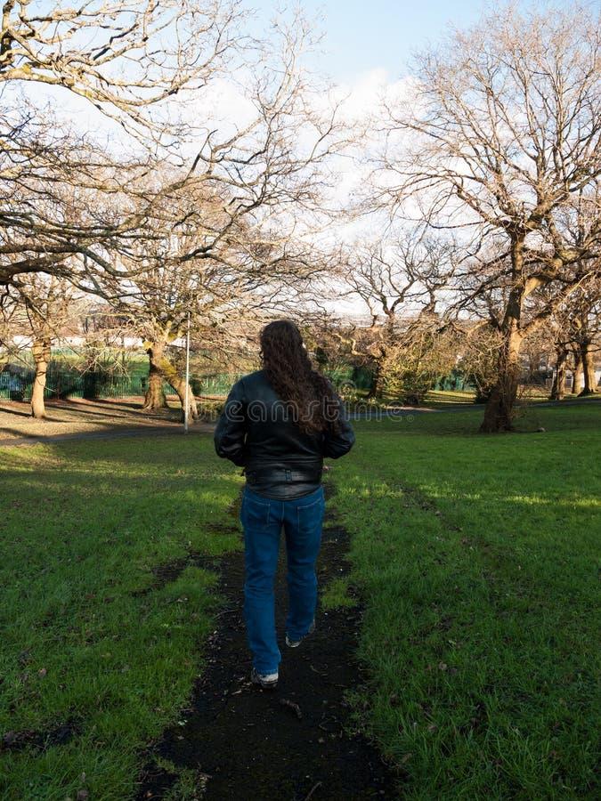 Homme marchant un chemin rural photo libre de droits