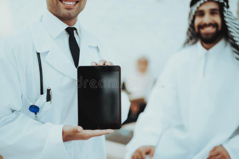 Homme masculin de docteur Holding Tablet Arabic à l'hôpital photos libres de droits