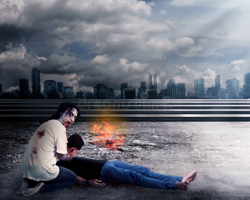 Homme masculin rampant de mise à mort de zombi photographie stock libre de droits