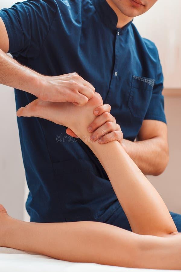 Homme massant haut étroit de pieds femelles photos libres de droits