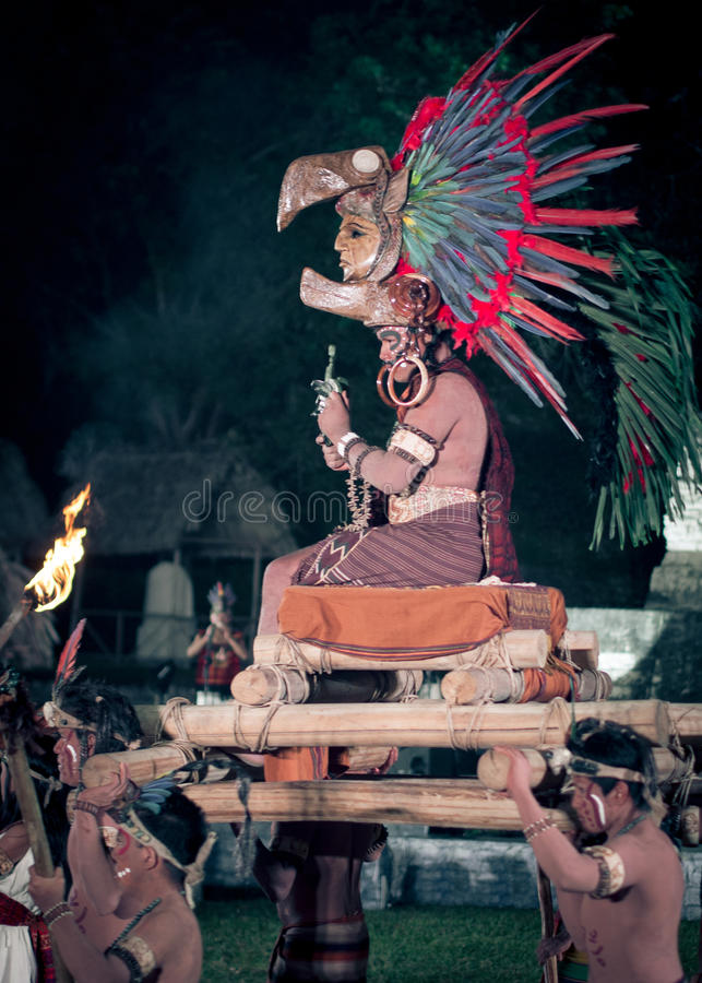 Homme maya dans le costume photographie stock libre de droits