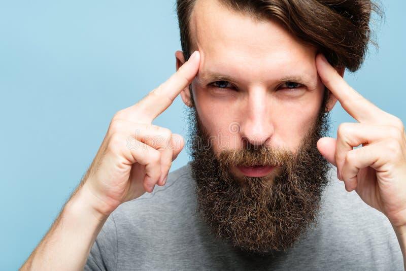 Homme mentalist de ressources intellectuelles en concentration de jeux d'esprit image stock