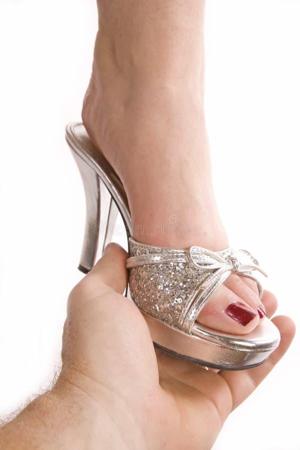 Homme mettant la chaussure sur le femme image libre de droits