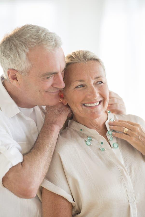 Homme mettant le collier autour du cou de la femme photos stock