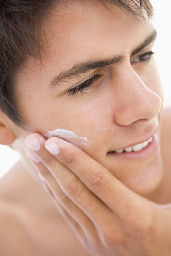 Homme mettant sur la crème à raser