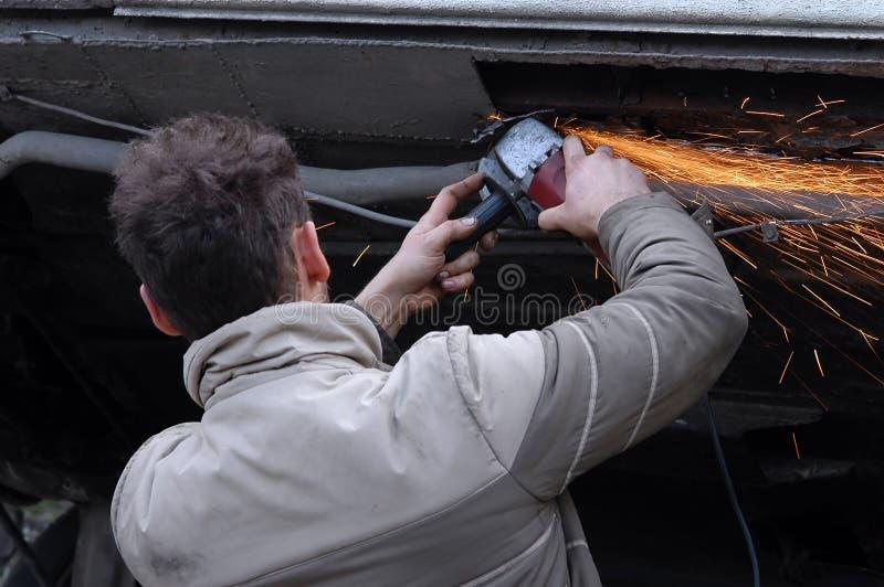 Homme meulant son véhicule photos stock