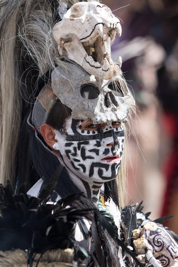 Homme mexicain indigène avec les dres principaux de port peints de crâne de visage images stock