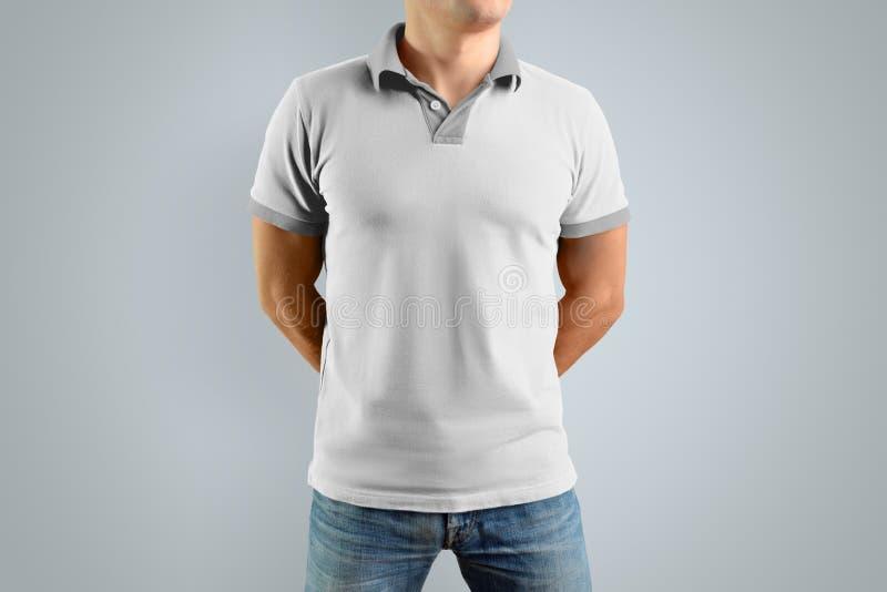 Homme mince dans le polo blanc Maquette pour votre conception graphique photos stock