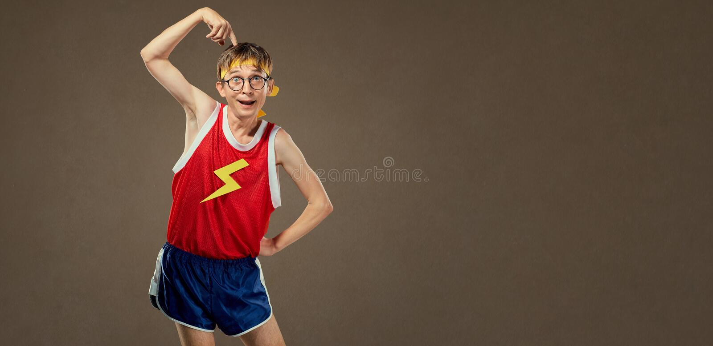 Homme mince drôle dans les vêtements de sport image stock
