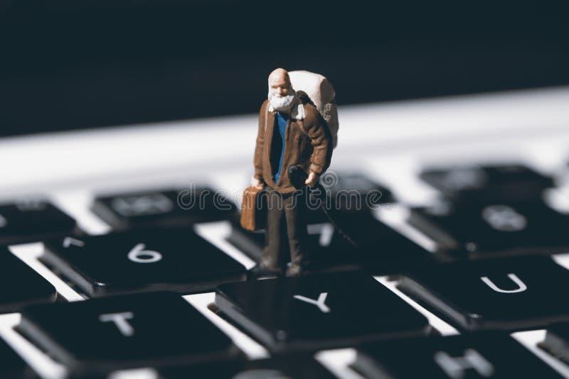 Homme minuscule et clavier blanc de carnet Plan rapproché de clavier d'ordinateur avec le foyer sur le bouton de Y Presse oui photographie stock libre de droits