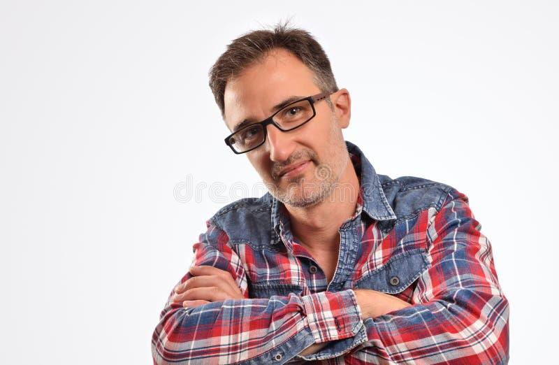 Homme moderne avec des verres avec les bras croisés regardant droit devant photo libre de droits