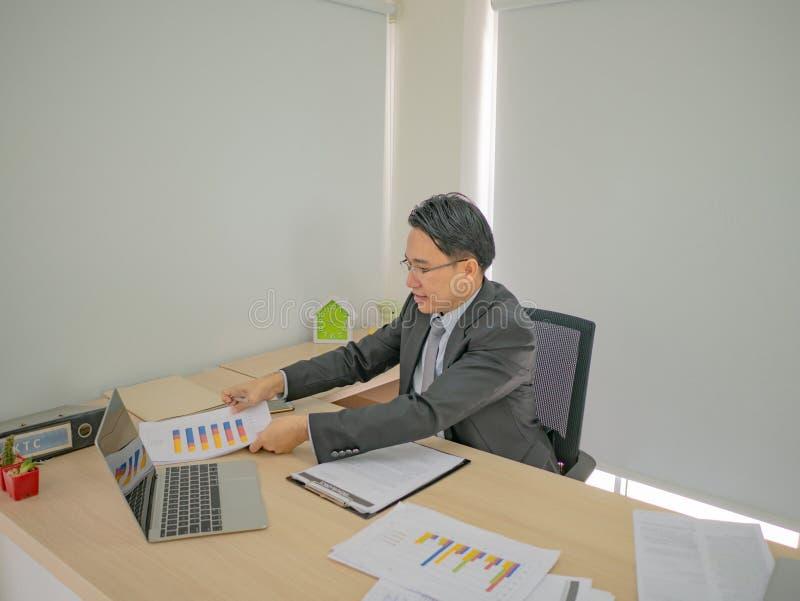 Homme moderne d'affaires travaillant très occupé sur son bureau images libres de droits