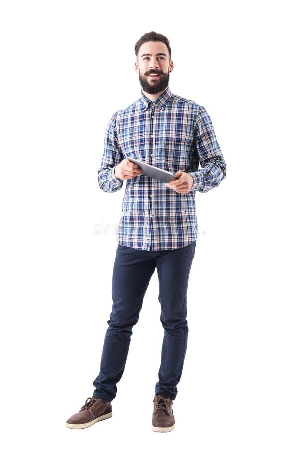 Homme moderne de sourire heureux d'affaires tenant la tablette regardant l'appareil-photo photos stock