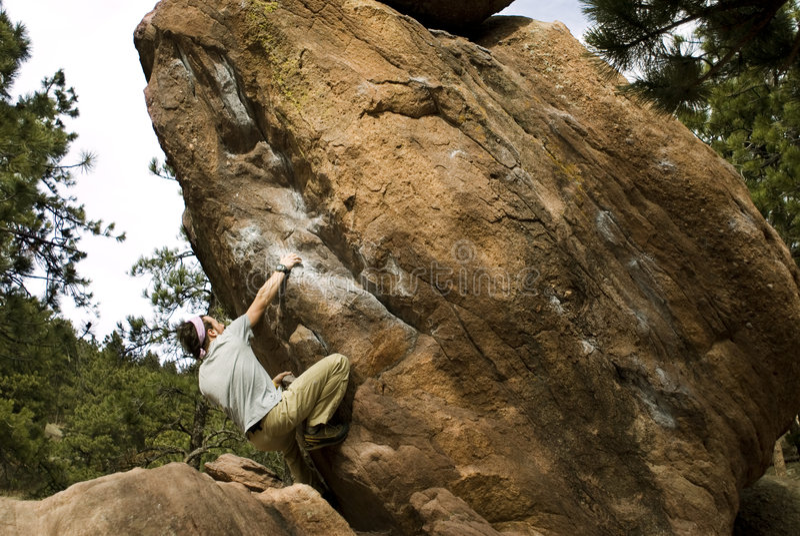 Homme montant Boulder photographie stock
