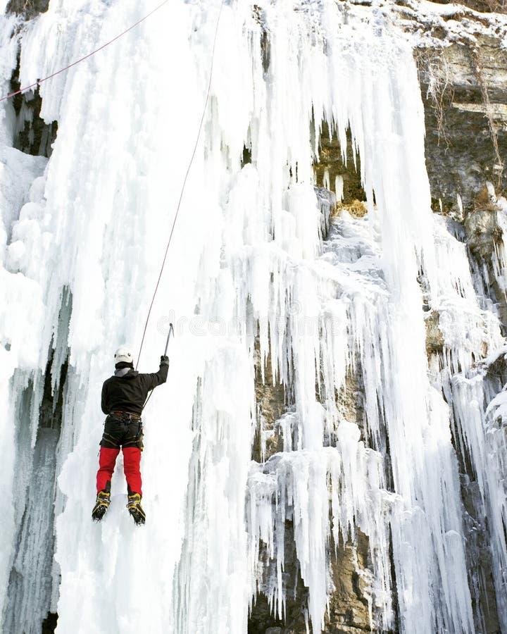 Homme montant la cascade congelée images libres de droits