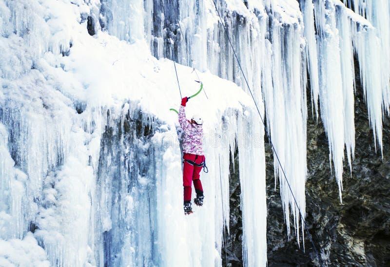 Homme montant la cascade congelée photo libre de droits