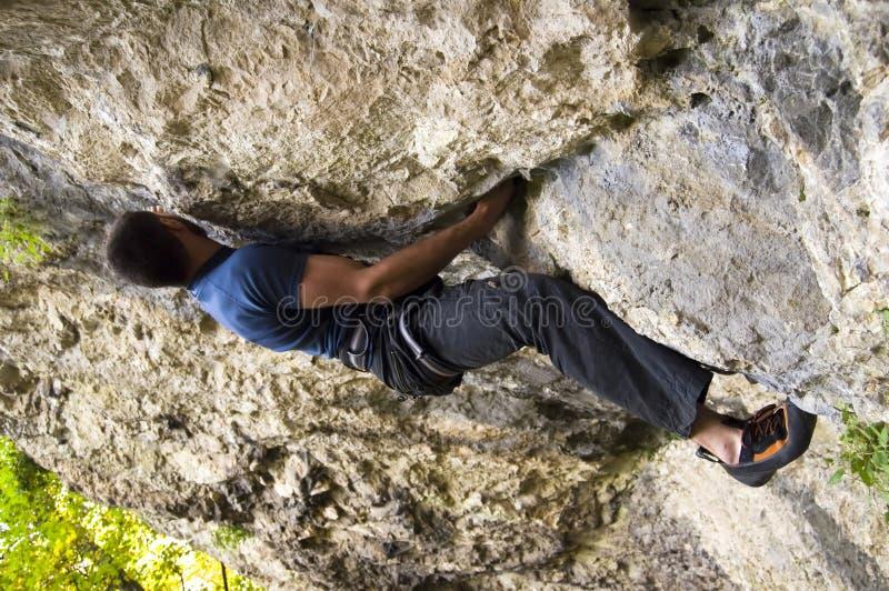 Homme montant un rocher photographie stock libre de droits