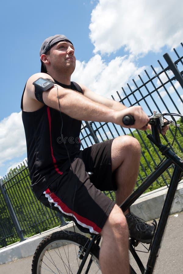 Homme montant un vélo photo libre de droits