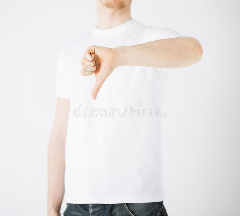 Homme montrant des pouces vers le bas photo libre de droits