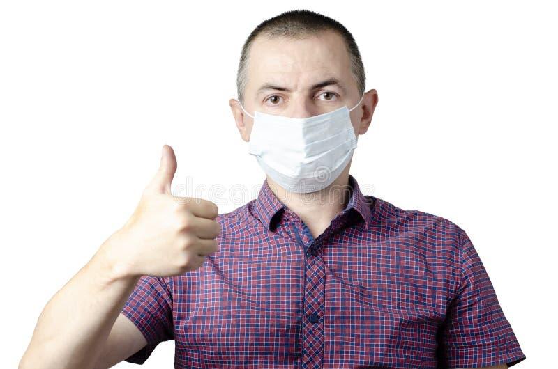 Homme montrant le geste correct La photo de l'homme en bonne sant? porte le masque protecteur contre des maladies infectieuses et image stock