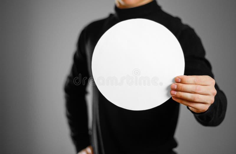 Homme montrant le livre blanc rond vide Présentation de tract Pamph photo stock