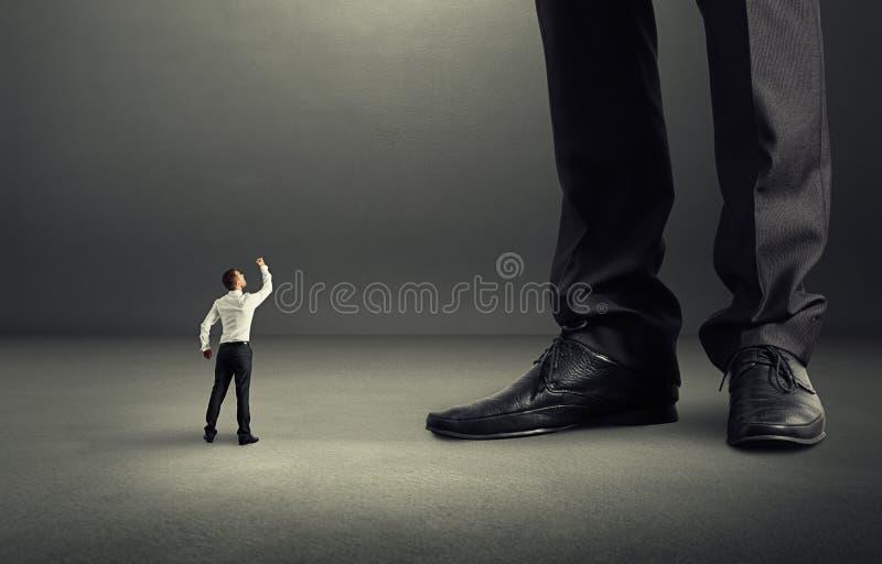 Homme montrant le poing à son patron photo libre de droits