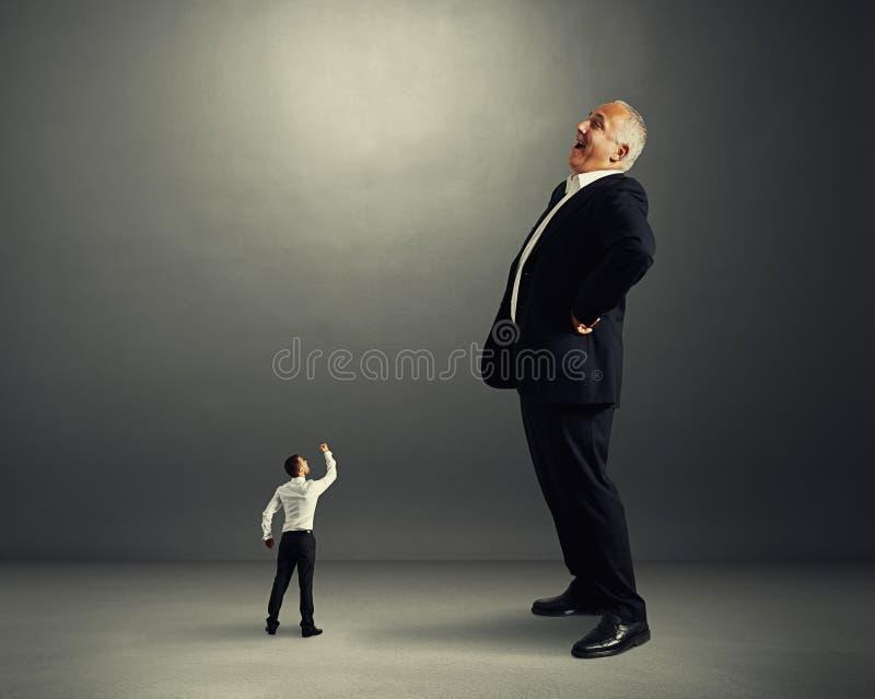 Homme montrant le poing au brasseur d'affaires image stock