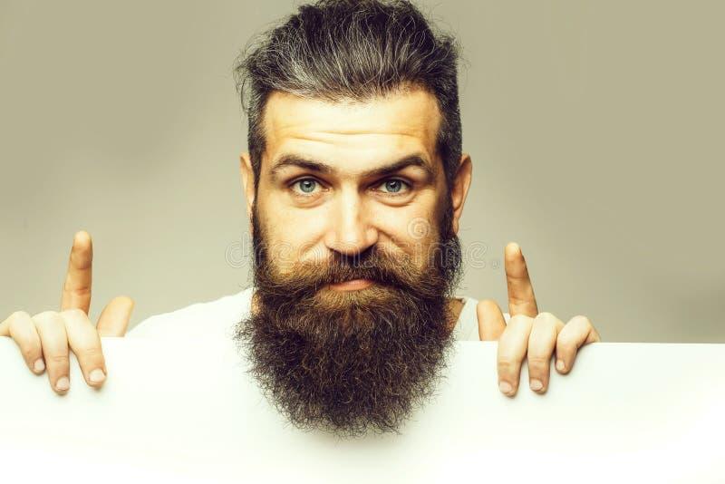 Homme ?motif barbu avec le papier photo stock