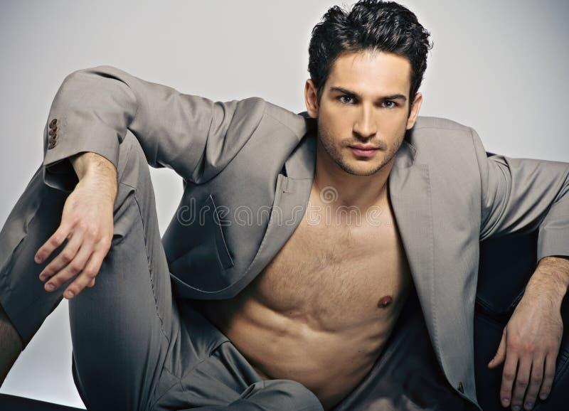 Homme musculaire élégant dans la pose de mode photos stock