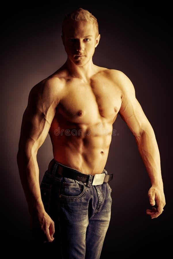 Homme musculaire images libres de droits