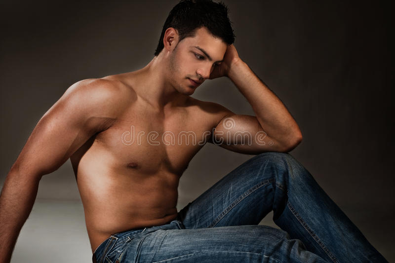 Homme musculaire photographie stock