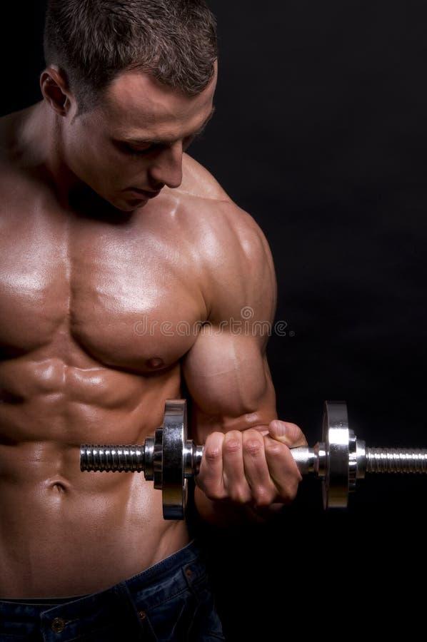 Homme musculaire avec des haltères. photo libre de droits