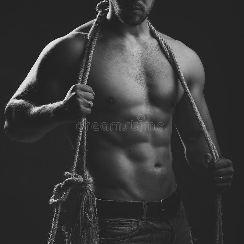 Homme musculaire avec la corde photo stock