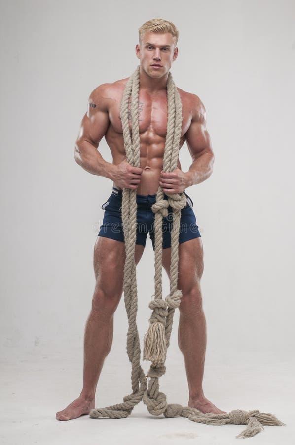 Homme musculaire avec la longue corde photos libres de droits