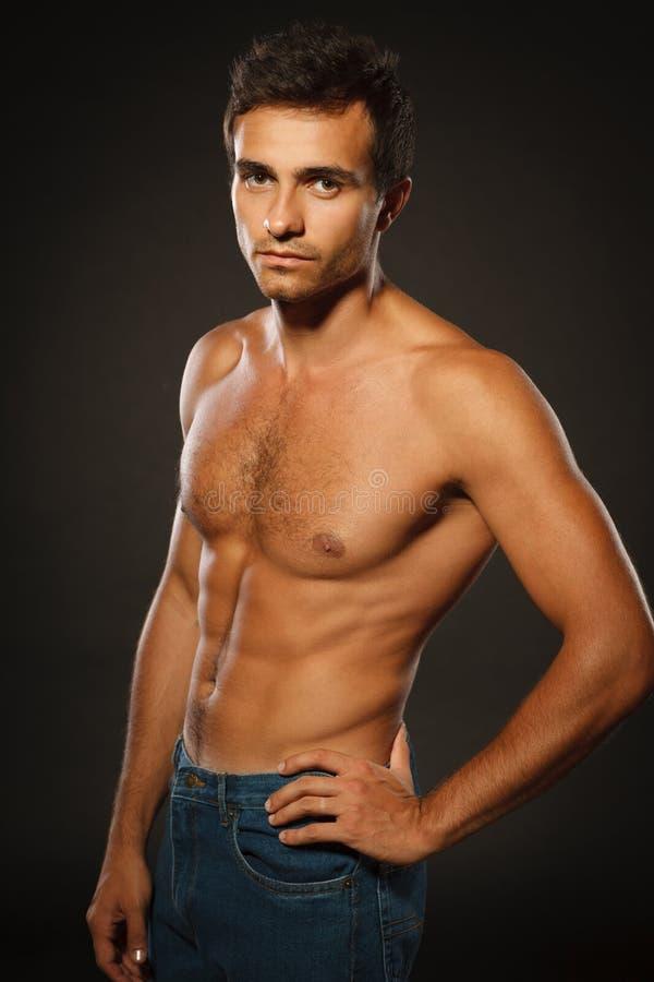 Homme musculaire bel sans chemise photos stock