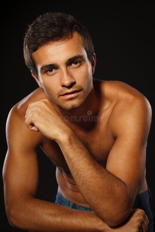 Homme musculaire bel sans chemise images stock