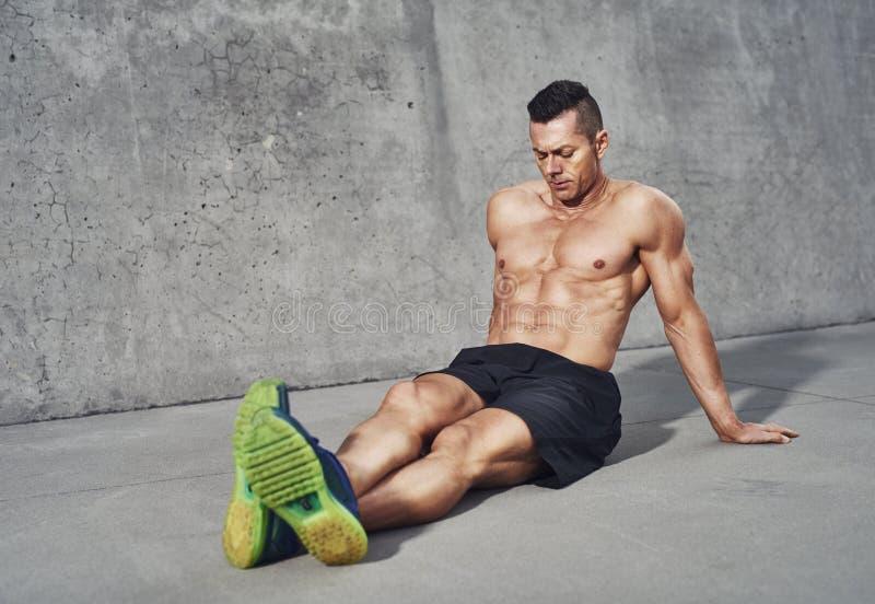 Homme musculaire détendant après séance d'entraînement photos stock