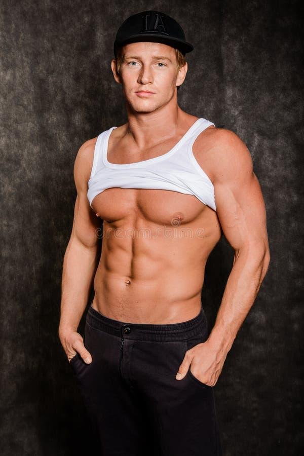 Homme musculaire dans le gilet et le chapeau avec un torse nu images stock