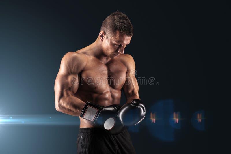 Homme musculaire dans le studio sur le fond foncé images libres de droits