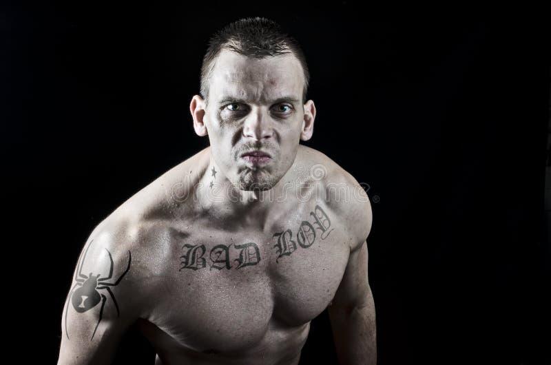 Homme musculaire fâché photographie stock libre de droits