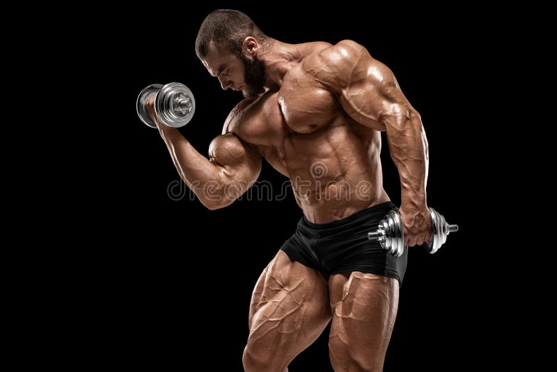 Homme musculaire faisant des exercices pour des biceps d'isolement sur le fond noir ABS nu masculin fort de torse photos stock